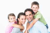 Joyeuse famille jeune regardant ensemble de caméra — Photo