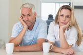 Fed up couple sitting at the counter — Stockfoto