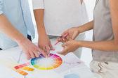 Interior designer showing colour wheel to customers — Zdjęcie stockowe