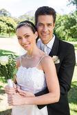 Brudgummen kramas brud bakifrån — Stockfoto