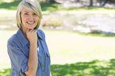 Beautiful woman smiling in park — Foto Stock