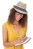 メモ帳で書いて陽気な若い女性 — ストック写真