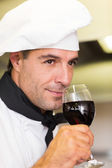 Chef smelling red wine — Stockfoto