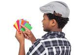 Vista laterale di un giovane uomo che guardando le carte colorate — Foto Stock
