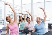 Třída natahovat ruce na jógu — Stock fotografie