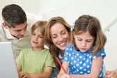 Famiglia di trascorrere il tempo libero a casa — Foto Stock