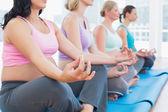 Hamile kadın meditasyon — Stok fotoğraf