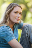 Thoughtful woman looking up in park — Foto Stock
