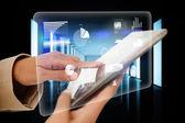 Imprenditrice toccando tablet con interfaccia — Foto Stock