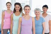 Uśmiechający się kobiet w joga klasa — Zdjęcie stockowe