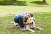 Dziewczyna z domowych psem w parku — Zdjęcie stockowe