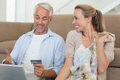 Mutlu çift kanepede alışveriş online — Stok fotoğraf