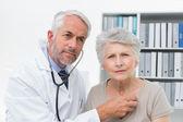 Sprawdzanie bicie serca u pacjentów za pomocą stetoskopu lekarz — Zdjęcie stockowe