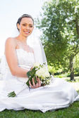 Bride holding bouquet in garden — Foto Stock