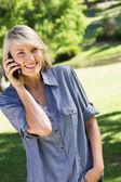 Cep telefonuyla konuşan kadın — Stok fotoğraf