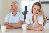 Znechucený žena sedí u pultu s partnerem — Stock fotografie