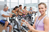 Trainer with people working out at spinning class — Φωτογραφία Αρχείου