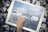 Рука трогательно Агентства в строку поиска на экране планшета — Стоковое фото