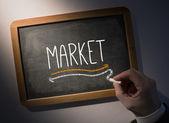 Ruka trhu psaní na tabuli — Stock fotografie