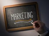 Hand skriva marknadsföring på svarta tavlan — Stockfoto
