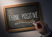 Escrita de mão pensar positivo na lousa — Fotografia Stock