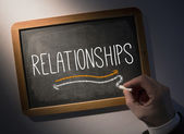 Hand skriva relationer på svarta tavlan — Stockfoto