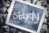 Étudier dans la barre de recherche sur l'écran de la tablette — Photo