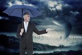 Biznesmen gospodarstwa parasol — Zdjęcie stockowe