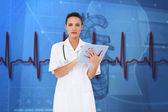 漂亮的护士使用 tablet pc — 图库照片