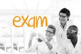 Egzamin przed naukowcy pracujący w laboratorium — Zdjęcie stockowe
