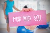 Mulher segurando o cartão-de-rosa, dizendo a alma do corpo mente — Fotografia Stock