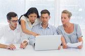 Equipe de negócios usando laptop — Fotografia Stock