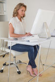 Casual businesswoman working at her desk — Stock fotografie