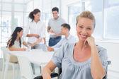 Mulher de negócios com a equipe por trás dela — Fotografia Stock