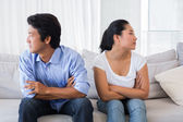 Bir anlaşmazlık sonra kanepede konuşmuyor çift — Stok fotoğraf