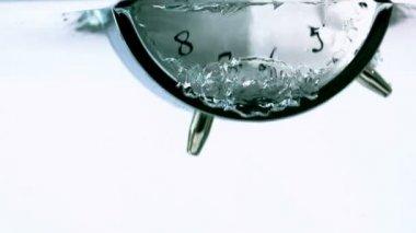 çalar saat düşen suya — Stok video