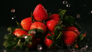Water drops on strawberries — Stock Video