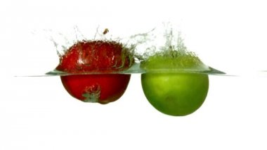 Apples plunging into water — Stock Video