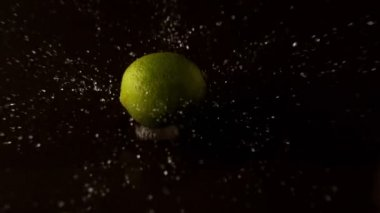 Lime dropping on wet surface — Stock Video