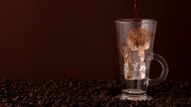 Kaffee Eingießen in Glas aus Eis — Stockvideo