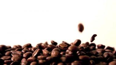 Granos de café que vierte en pila — Vídeo de Stock
