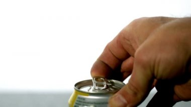 Hand opening a soda can — Stock Video