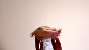 Sporty blonde shaking her hair — Stock Video