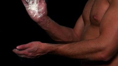 Sportsman clapping his hands with talc — Stock Video