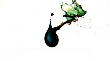 Balloon pouring green liquid from hole — Stock Video