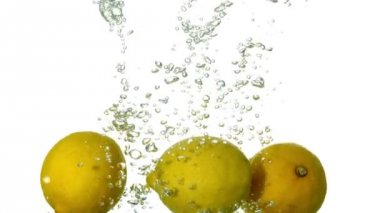 Lemons plunging into water — Stock Video
