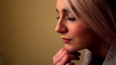 坐在她床上的金发女郎 — 图库视频影像