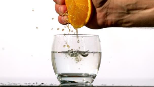 Exprimir el jugo en vaso de la mano — Vídeo de stock