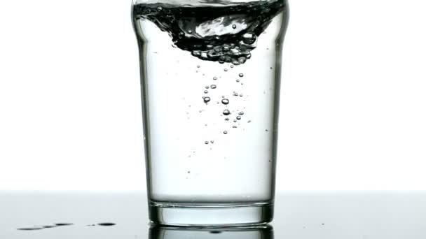 Bañera de hidromasaje en medio litro de agua — Vídeo de stock