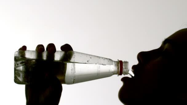 Mujer bebiendo de la botella — Vídeo de stock